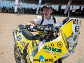 P�IPRAVEN. �eský motocyklista David Pabi�ka p�ed startem úvodní etapy Rallye