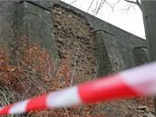 Opěrná zeď pod Pražskou silnicí je v havarijním stavu. Před Novým rokem se její