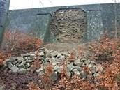 Pod Pražskou silnicí se zřítila pohledová stěna opěrné zdi.