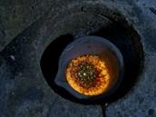 Již částečně roztavené zlaté granálie před před samotnou výrobou zlaté cihly....