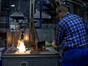 Výroba zlaté cihličky. Zpracování drahých kovů v podniku SAFINA, Vestec.