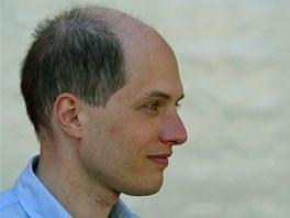 Švýcarský filozof Alain de Botton žující ve Velké Británii se snaží s filozofií
