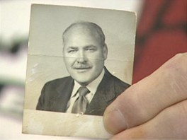 John Sheardown na archivn�m sn�mku, kter� zve�ejnila na sv�m webu televizn�