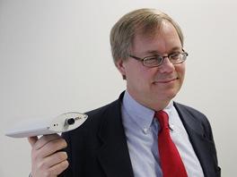 Martin Gren, zakladatel společnosti Axis a vynálezce IP kamery (v ruce drží