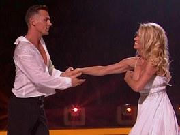 Pamela Andersonová si během tance upravovala šaty.