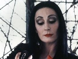 Jako Morticia Addamsová ještě Anjelica Hustonová tak vystouplé líce neměla.