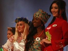 Finalistky Miss Expat v národních kostýmech