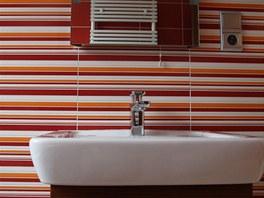 Tak� d�tsk� pokoj m� vlastn� koupelnu, kter� s n�m barevn� lad�.