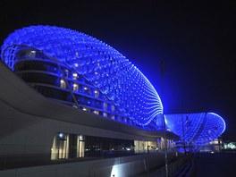 Futuristický hotelový komplex  Yas Island je přímo nad dráhou závodního okruhu