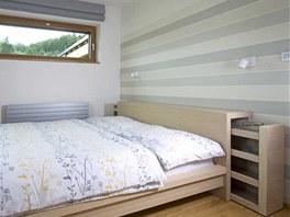 Ložnice je vybavena velkorysým úložným prostorem. Skříně vyrobil truhlář na