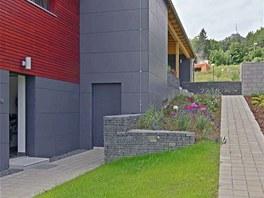 Na severní straně domu je umístěn přímý vstup ze zahrady do suterénu, na přání