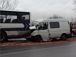 Nehoda linkového autobusu a dodávky na kruhovém objezdu v Brandýse nad Labem