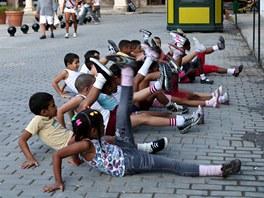 Ráz, dva, tři... Hodina tělocviku na havanském náměstí