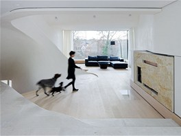Interiéry jsou puristické, zařízení se nese v bílé barvě a v nadčasových