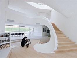 Interiér domu se obtáčí okolo schodiště.
