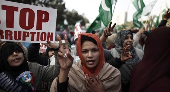 Stoupenci vlivného pákistánského duchovního Muhammada Tahira Kadrího na pochodu