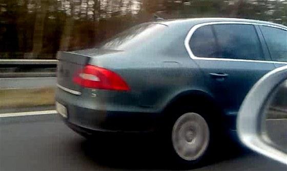 Faceliftovaná Škoda Superb s maskováním.  Na zádi prototypu je vidět