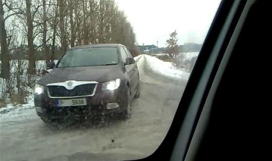 Faceliftované Škody Superb s maskováním se pohybují po hradecké dálnici D11 a
