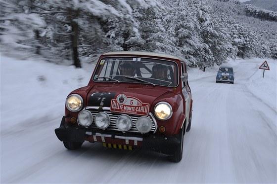 Rauno Aaltonen za volantem původního Mini na trati Rally Monte Carlo veteránů