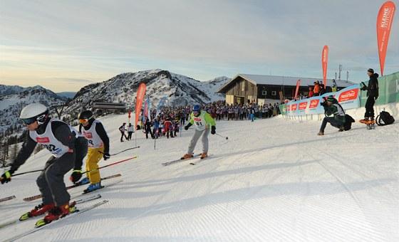 Startovalo se po dvaceti. Stometrové bruslení ale skupinu lyžařů účinně rozbilo.
