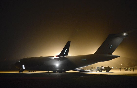 Transportní letoun C-17 Globemaster britského letectva zajišťuje přesun...