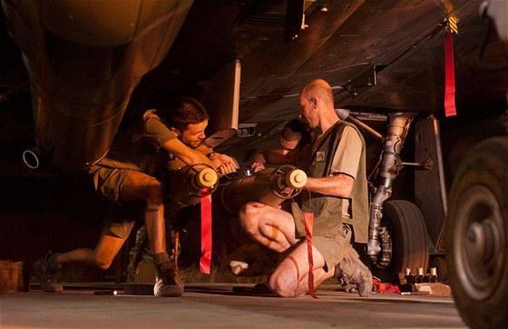 Zbrojíři připravují francouzský letoun Rafale k úderům na islamisty v Mali