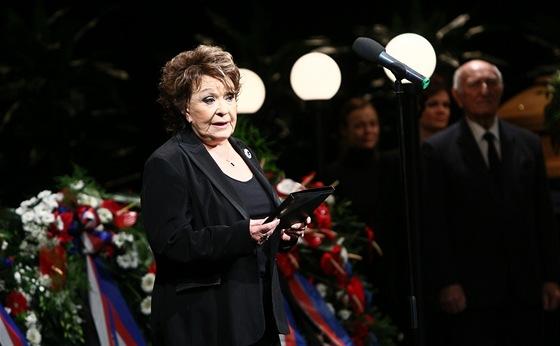 Jiřina Bohdalová při smutečním projevu u rakve Jiřiny Jiráskové (11. ledna