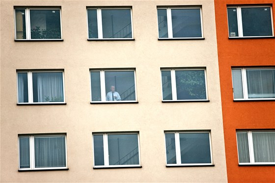 Miloš Zeman kouří poslední cigaretu na chodbě před bytem v pražských...