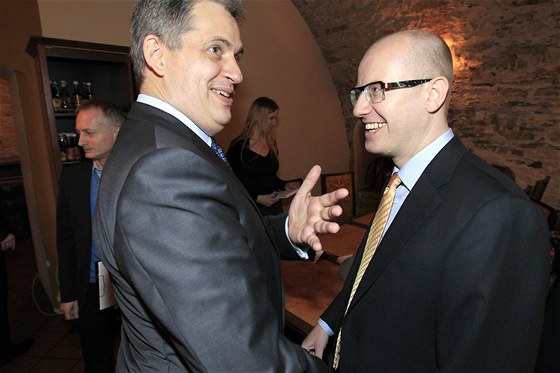 Prezidentský kandidát Jiří Dienstbier a předseda ČSSD Bohuslav Sobotka ve