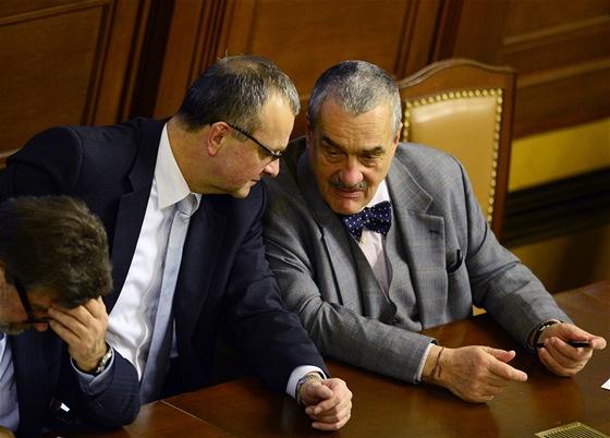 Ministr zahraničí Karel Schwarzenberg (vpravo) a ministr financí Miroslav