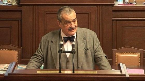 Karel Schwarzenberg na prostest proti podeps�n� amnestie premi�rem ode�el p�ed
