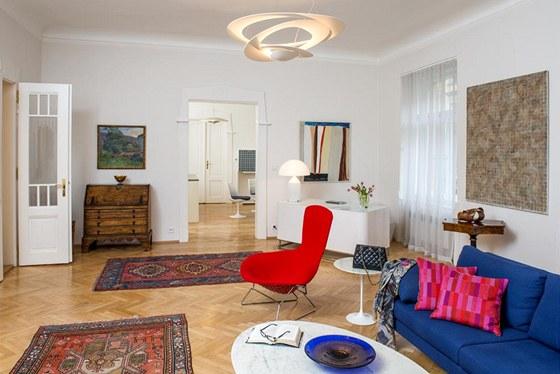 Obývací pokoj harmonicky spojuje předměty z různých období. Svěžímu konceptu