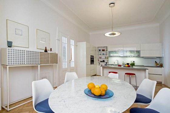 Kuchyň (Schüller) je zhotovená na míru. Skříňky jsou lakované do vysokého