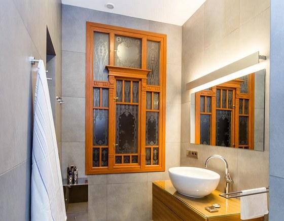 Koupelně majitelky dominuje restaurované secesní okno. Velkoformátová