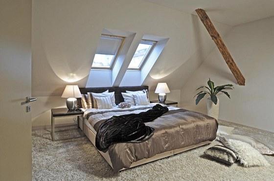 Atypická postel k pohodlnému spaní pro dvě osoby má rozměry 200 x 210 cm. Čelo