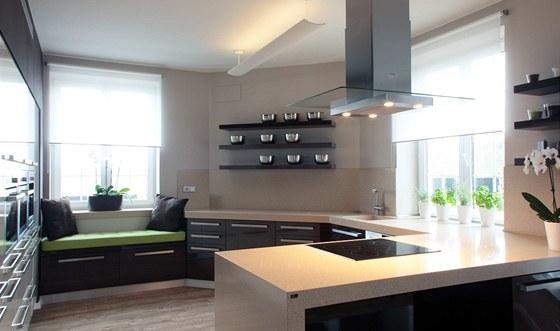 V kuchyni je světlo Artemide Surf, které svým extrémním světelným výkonem