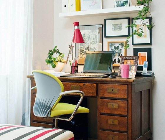 Malý pracovní kout se stolem je z Aukra, ergonomická pacovní židle z  A.M.O.S....