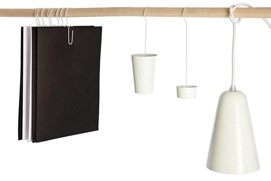 Na jednoduchý policový systém lze zavěsit lampu nebo  tričko. Důvtipnou