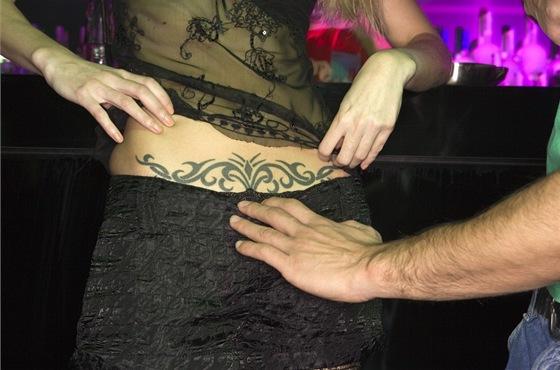 Pozor na tetování. Barvy mohou vyvolat alergickou reakci, z nesterilní jehli