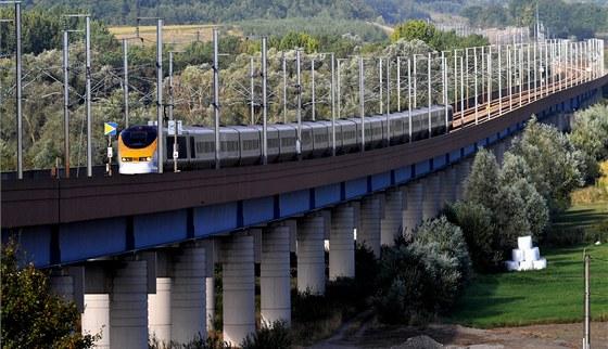Vlak Eurostar na viaduktu Haut-Colme v severní Francii