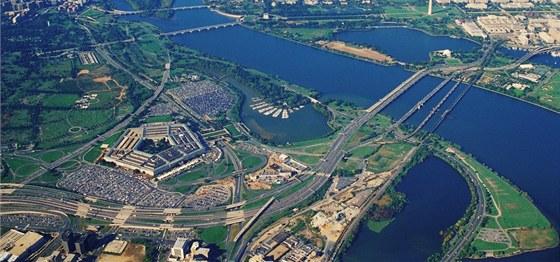 Budova vyrostla na bývalém Hooverově letišti u řeky Potomac.