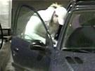 Žena už ujela od sedmi benzínek.