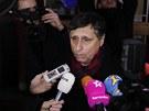 Jan Fischer hovoří s novináři poté, co odvolil na pražském Barrandově (11.