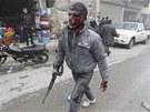 Bojovník Syrské osvobozenecké armády po útoku vládních letadel na město Azáz