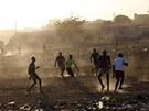 Afričtí kluci hrají fotbálek v hlavním městě Mali Bamako (16. ledna 2013)