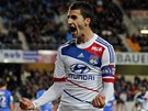 G�LOV� RYK. Maxime Gonalons, fotbalista Lyonu, slav� sv�j z�sah do s�t� Troyes.