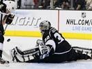 ZÁSAH. Losangeleský brankář Jonathan Quick kryje střelu hokejistů Chicaga.