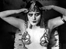 Sporý oděv, který dával vyniknout sexualitě Thedy Bary, ve třicátých letech zakázala hollywoodská cenzorská pravidla známá jako Hays Code (podle hlavního cenzora Williama H. Hayse).