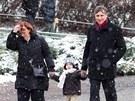 Jan Fischer dorazil k volbám se svou rodinou. (11. ledna 2013)