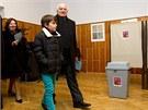 Prezident Václav Klaus k volbám přišel s manželkou a vnukem. (11. ledna 2013)
